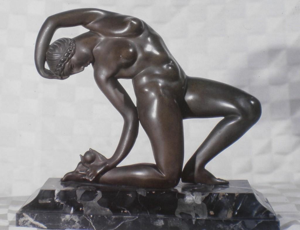 fig. 11 - Antonio De Val - La danza del pomo - bronzo ante 1929 - Napoli collezione Tullia Gargiulo