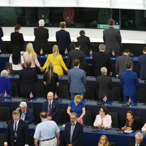 UE: ancora tante discussioni, eurodeputati Brexit Party voltano spalle all'inno Ue